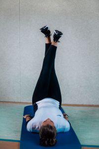 Übung zur Muskelerwärmung in Rückenlage
