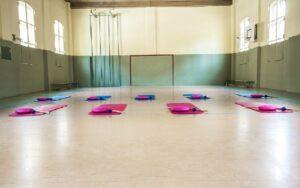 Rückenschule mit Gymnastikstab, Igelball und Balancekissen